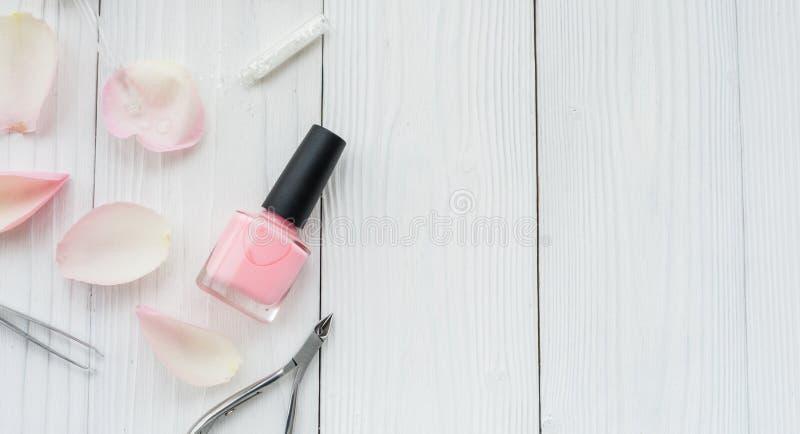 Botella de esmalte de uñas en la opinión superior del fondo de madera imagen de archivo libre de regalías