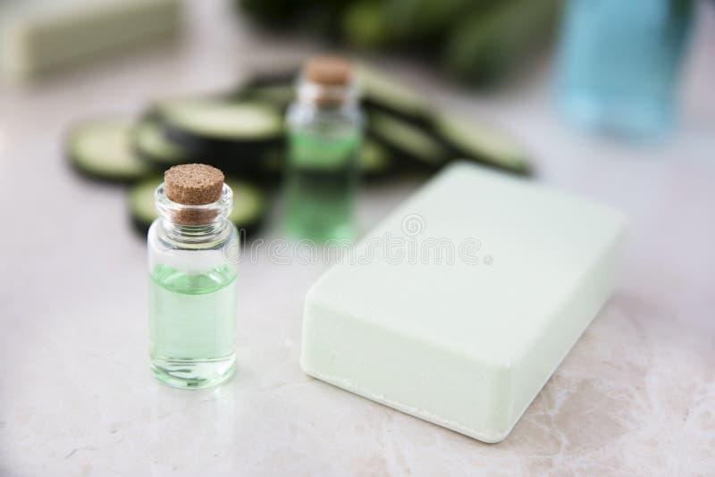 Botella de extracto del pepino con el jabón imagen de archivo