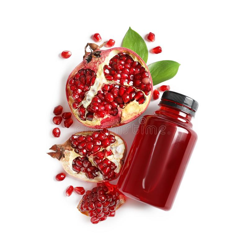 Botella de jugo de la granada y de frutas frescas en la visión blanca, superior foto de archivo
