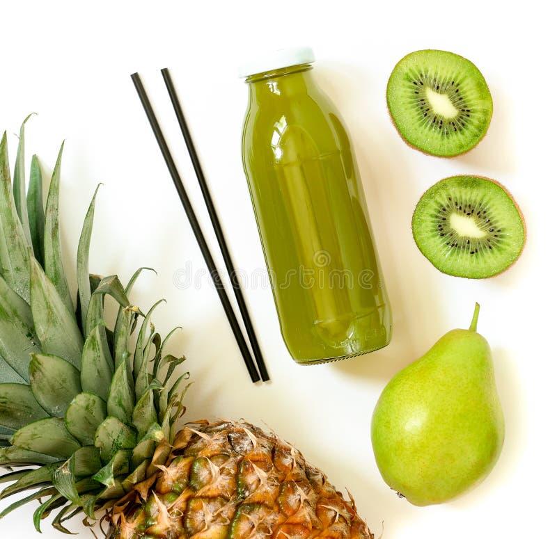 Botella de kiwi, de piña, de jugo de la pera aislado en blanco y de ingredientes fotos de archivo libres de regalías