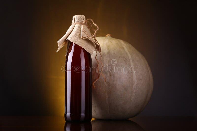 Botella de la cerveza inglesa de la calabaza imágenes de archivo libres de regalías