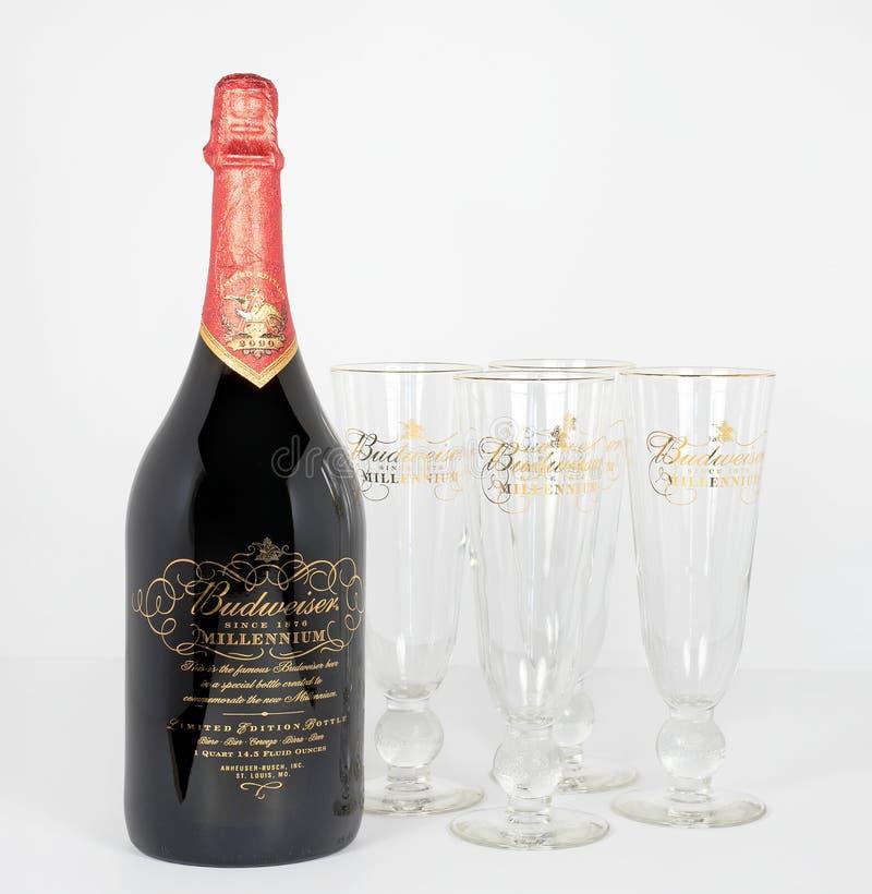 Botella de la edición limitada 1999 del milenio de Budweiser con los vidrios foto de archivo libre de regalías