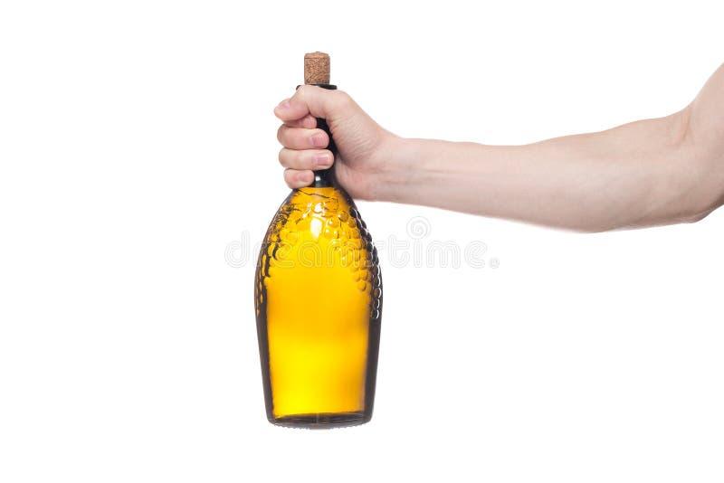 Botella de la tenencia del hombre con el vino delicioso en el fondo blanco fotografía de archivo
