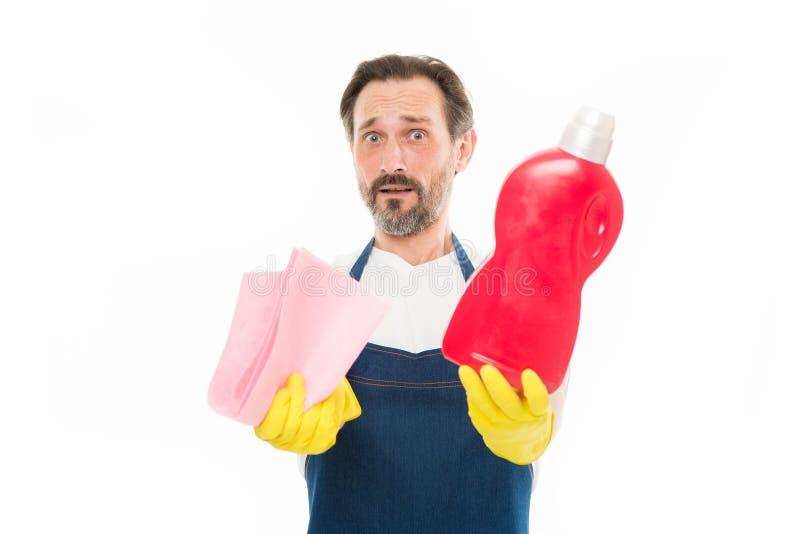 Botella de la tenencia del hombre mayor de la limpieza y del mantenimiento de quitamanchas y de limpiador nacionales Hombre madur fotografía de archivo