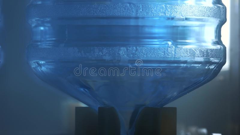 Botella de lavado del agua almacen de metraje de vídeo