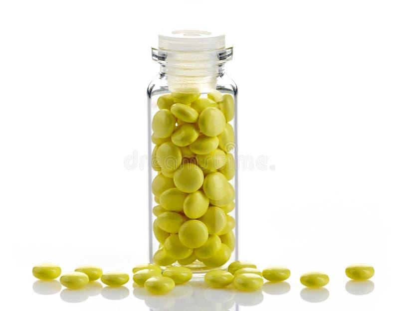 Botella de píldoras amarillas del extracto de la valeriana imagen de archivo