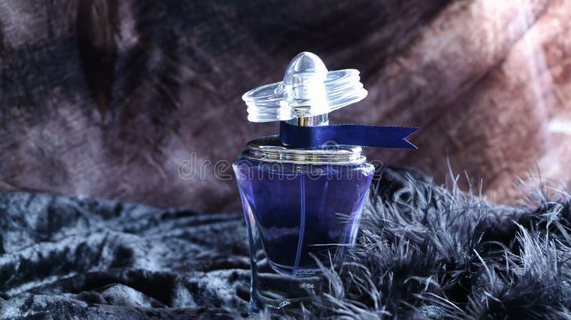 Botella de perfume azul con la etiqueta imagenes de archivo