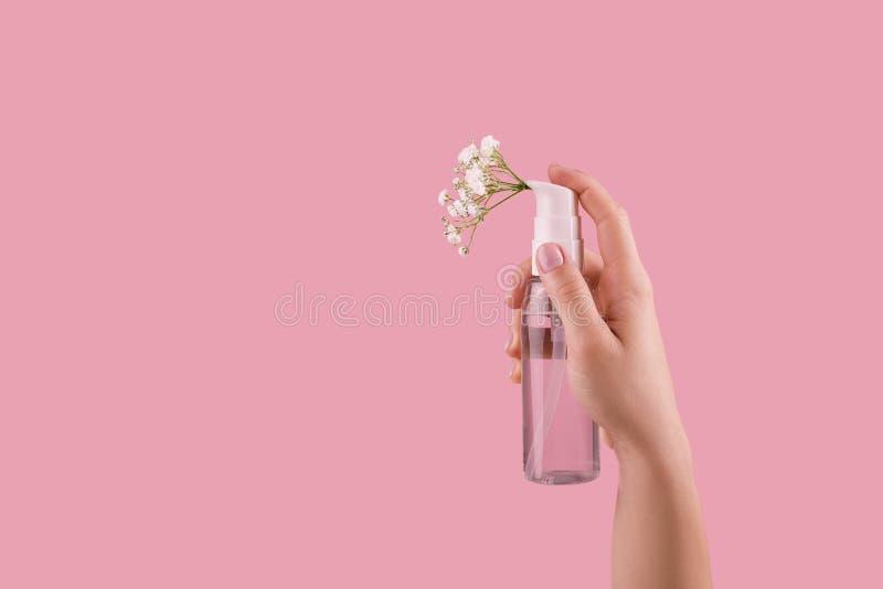 Botella de perfume con el olor del espray de flores fotografía de archivo libre de regalías