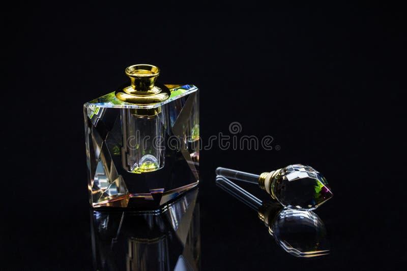 Botella de perfume cristalina imágenes de archivo libres de regalías