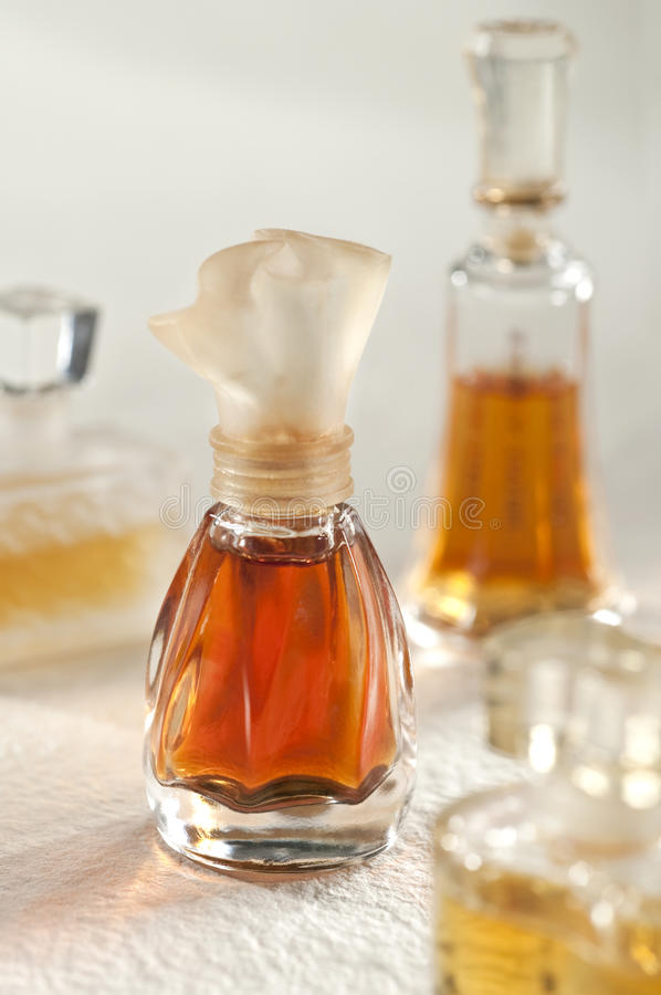 Botella de perfume de la vendimia fotos de archivo