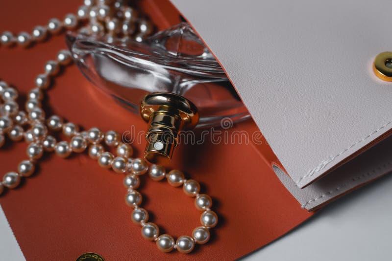 Botella de perfume femenina con el bolso rosado imágenes de archivo libres de regalías