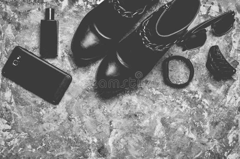 Botella de perfume, monedero, pluma, smartphone, pulsera elegante imagen de archivo libre de regalías