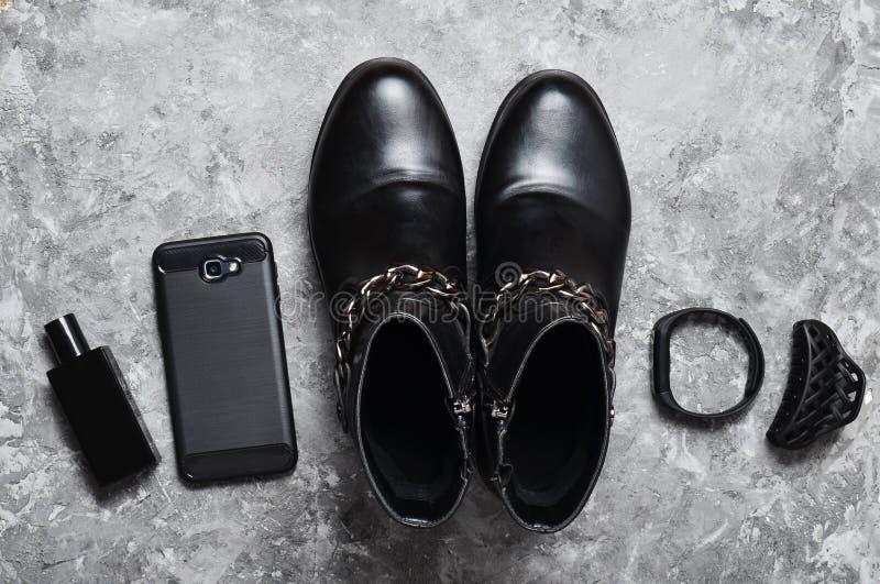 Botella de perfume, monedero, pluma, smartphone, pulsera elegante, gafas de sol Women& x27; botas de s, accesorios, artilugios pa fotografía de archivo