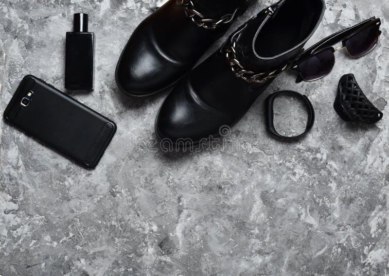 Botella de perfume, monedero, pluma, smartphone, pulsera elegante, gafas de sol Women' botas de s, accesorios, artilugios pa imagenes de archivo