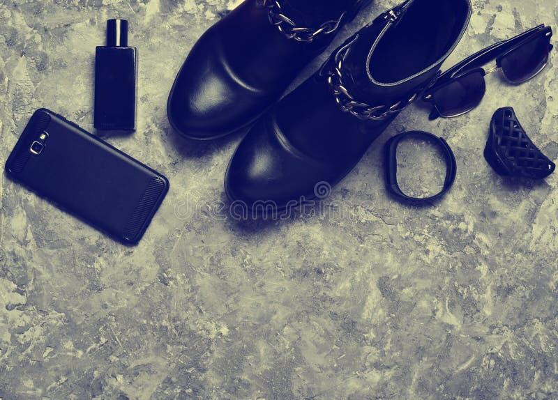 Botella de perfume, monedero, smartphone, pulsera elegante, gafas de sol Women& x27; botas de s, accesorios, artilugios para una  imagenes de archivo