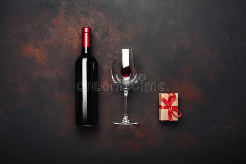Botella de sacacorchos y de copa de la caja de regalo del vino en fondo oxidado fotos de archivo libres de regalías