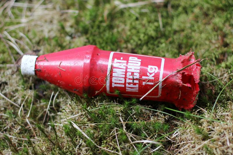 Botella de salsa de tomate plástica vieja imagen de archivo