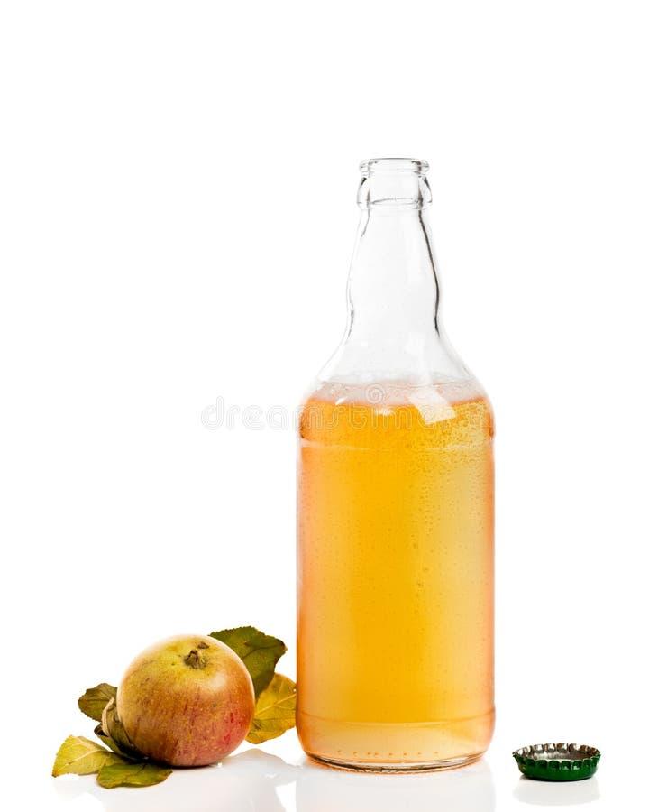 Botella de sidra con las manzanas imagen de archivo