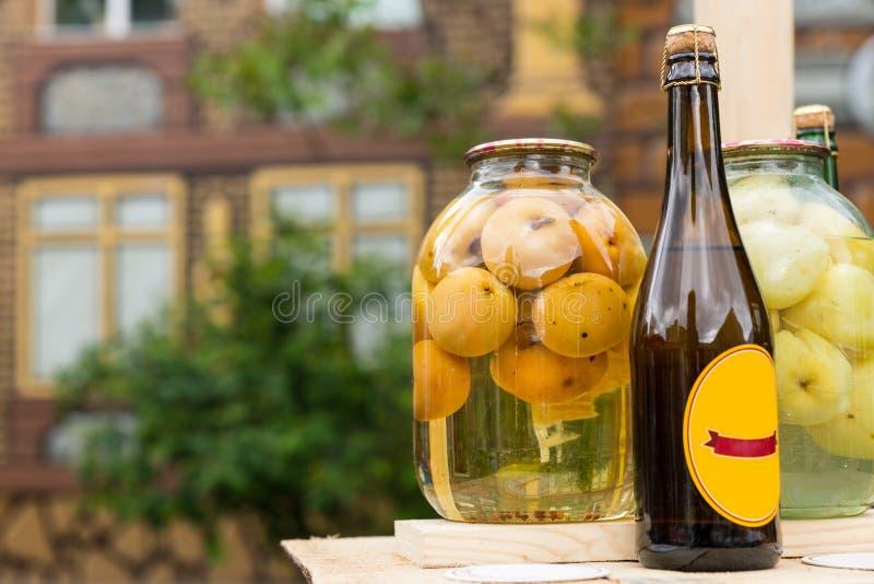 Botella de sidra de manzana hecha a mano fotos de archivo