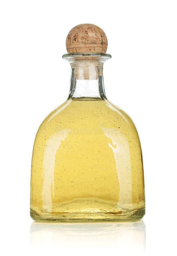 Botella de tequila del oro imagenes de archivo