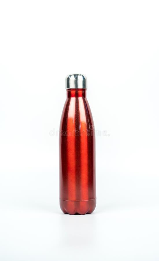 Botella de termo roja con diseño del deporte aislada en el fondo blanco fotos de archivo