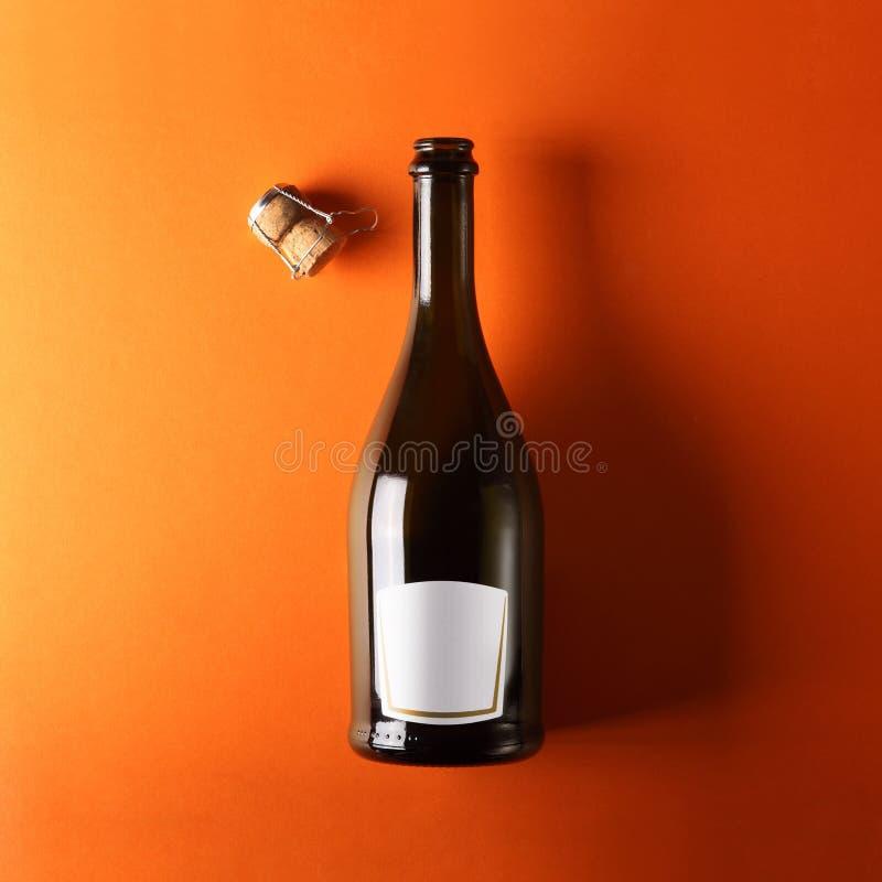 Botella de vino blanco, fondo anaranjado fotos de archivo