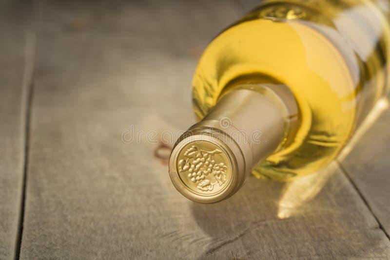 Botella de vino blanco seco imagen de archivo