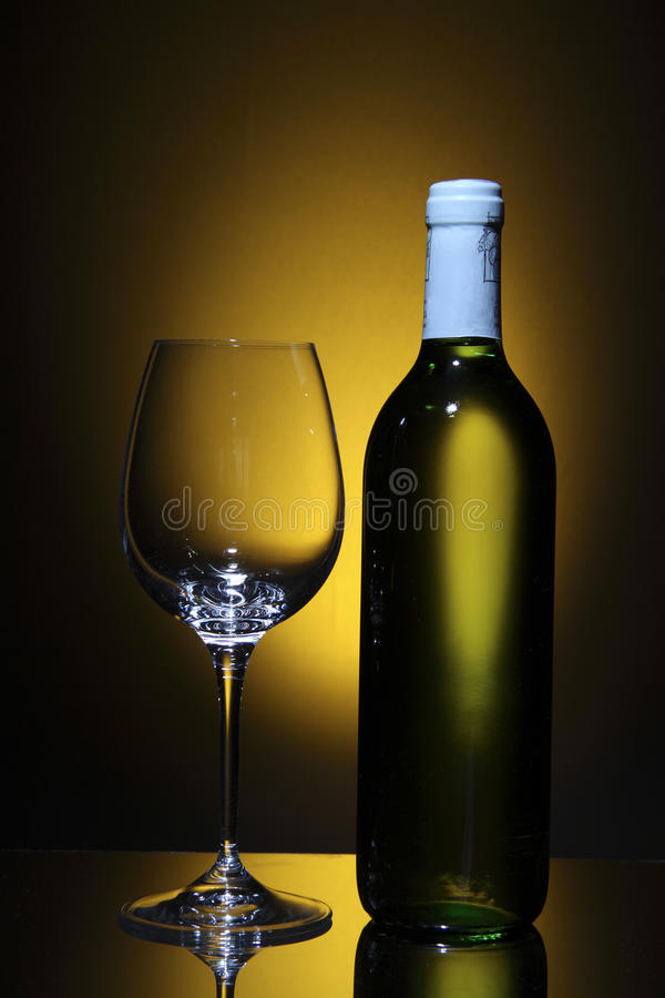 Botella de vino blanco y de vidrio de vino vacío fotos de archivo
