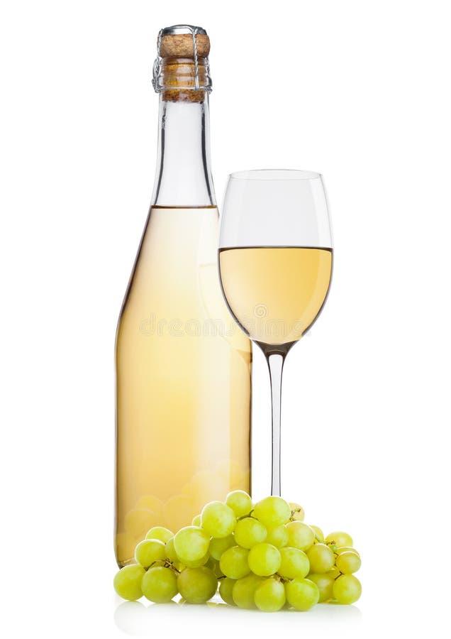 Botella de vino blanco y vidrio y uvas hechos en casa foto de archivo libre de regalías