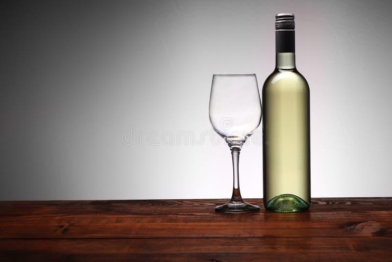 Botella de vino con el cubilete foto de archivo