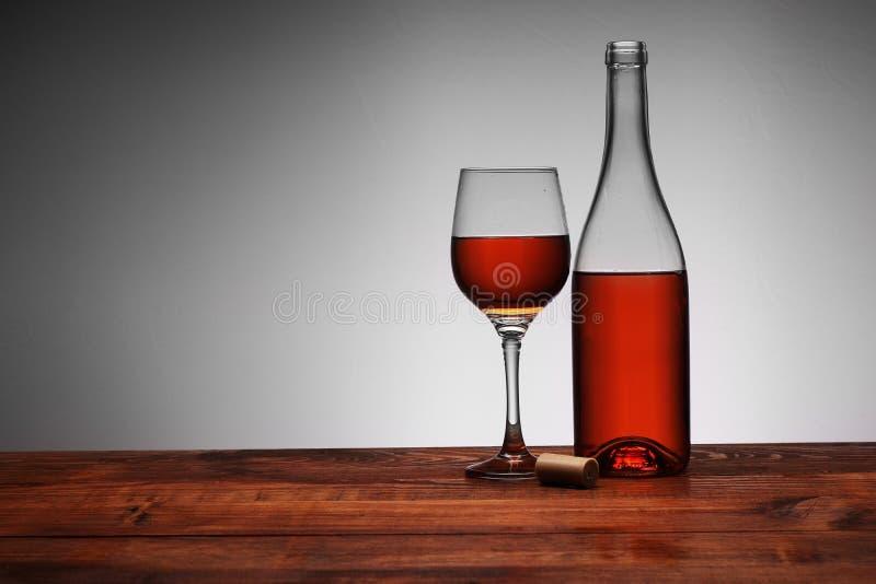 Botella de vino con el cubilete vertido fotografía de archivo libre de regalías
