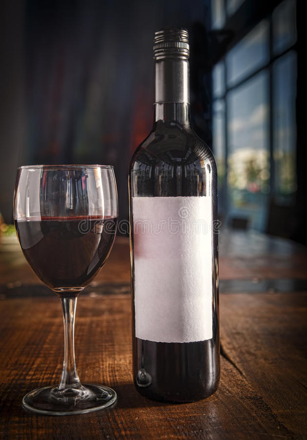 Botella de vino con la etiqueta vacía fotografía de archivo