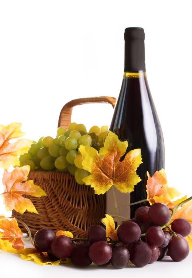 Botella de vino con las uvas en cesta fotos de archivo libres de regalías