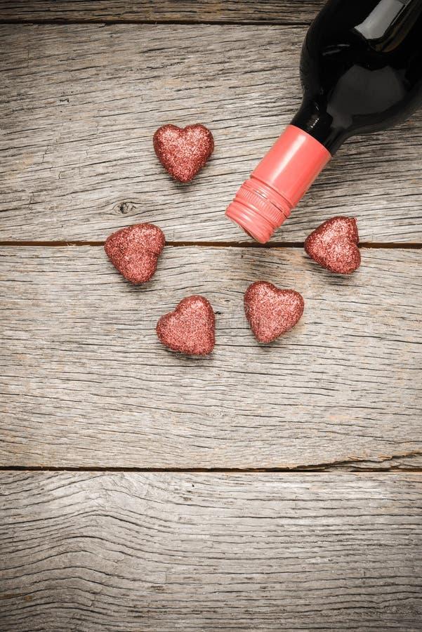 Botella de vino con los corazones imagen de archivo libre de regalías