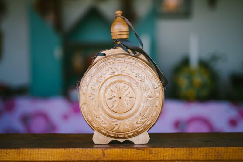 Botella de vino de madera tradicional fotos de archivo