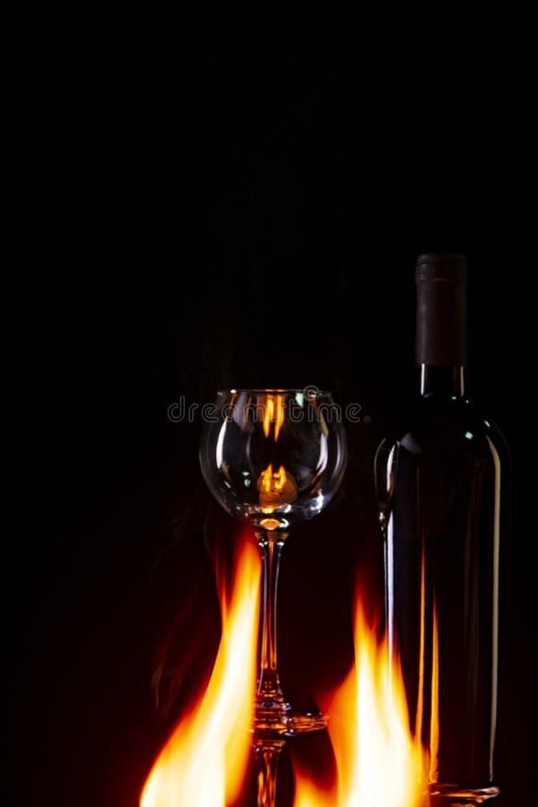 Botella de vino en el fuego imágenes de archivo libres de regalías