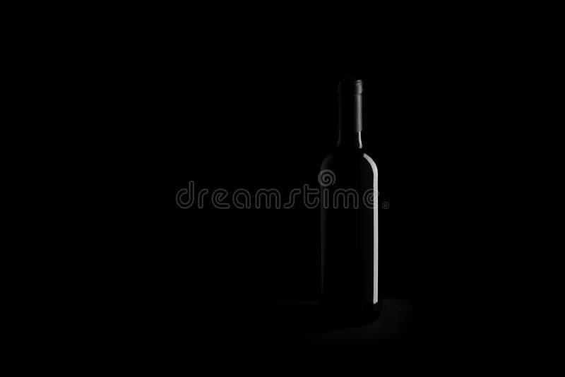 Botella de vino en fondo negro fotos de archivo