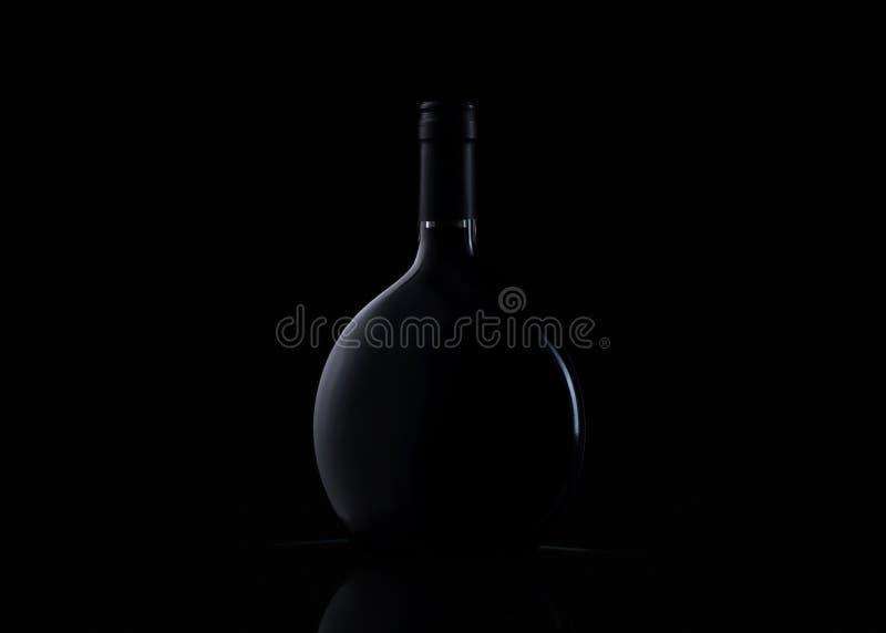 Botella de vino en fondo negro fotos de archivo libres de regalías