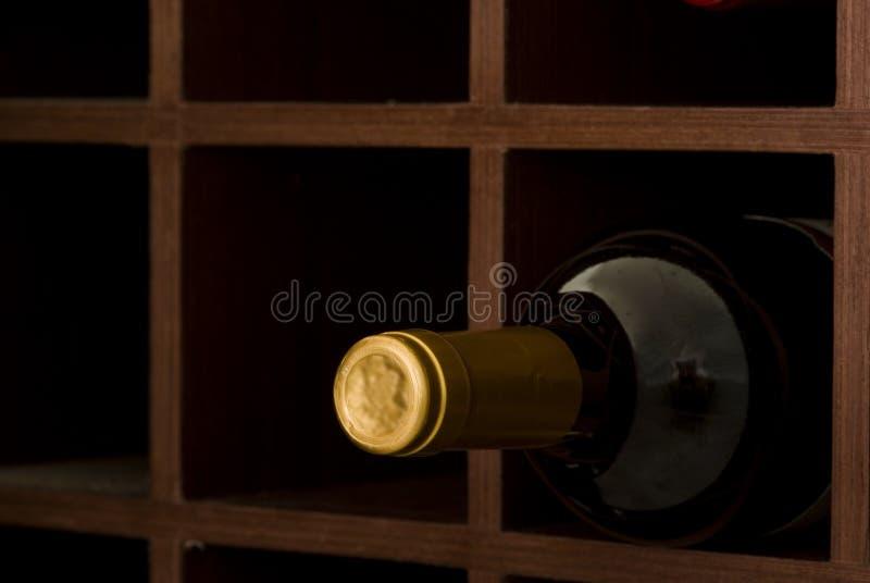Botella de vino en la cueva fotografía de archivo