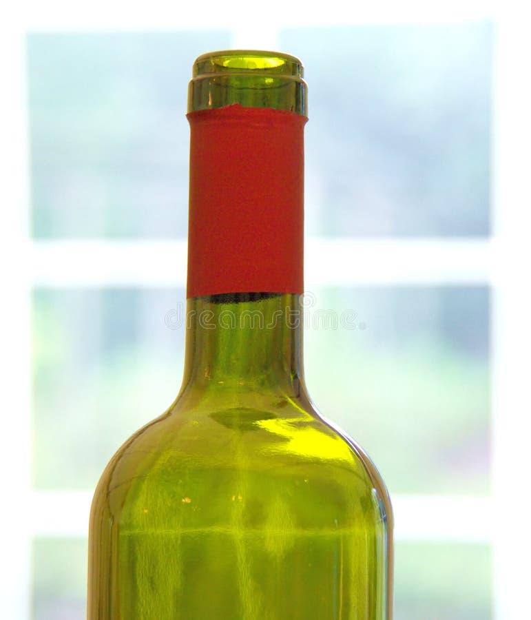 Botella de vino en ventana fotos de archivo