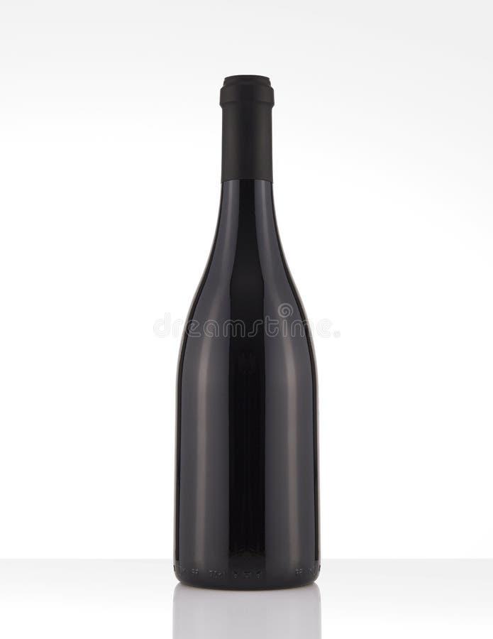 Botella de vino rojo aislada en un fondo blanco, ninguna etiqueta foto de archivo