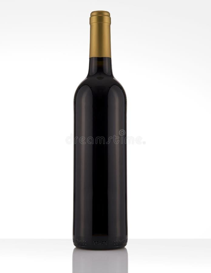 Botella de vino rojo aislada en un fondo blanco, ninguna etiqueta imagenes de archivo
