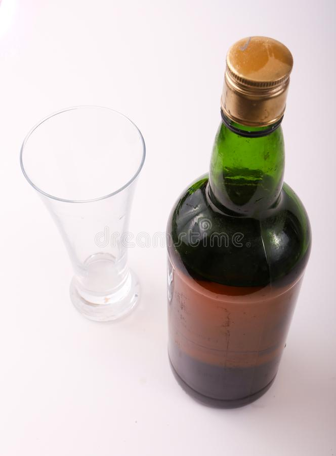 Botella de vino rojo con el vidrio fotografía de archivo libre de regalías