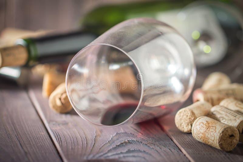 Botella de vino rojo, de vidrio, de corchos y de sacacorchos imagen de archivo libre de regalías