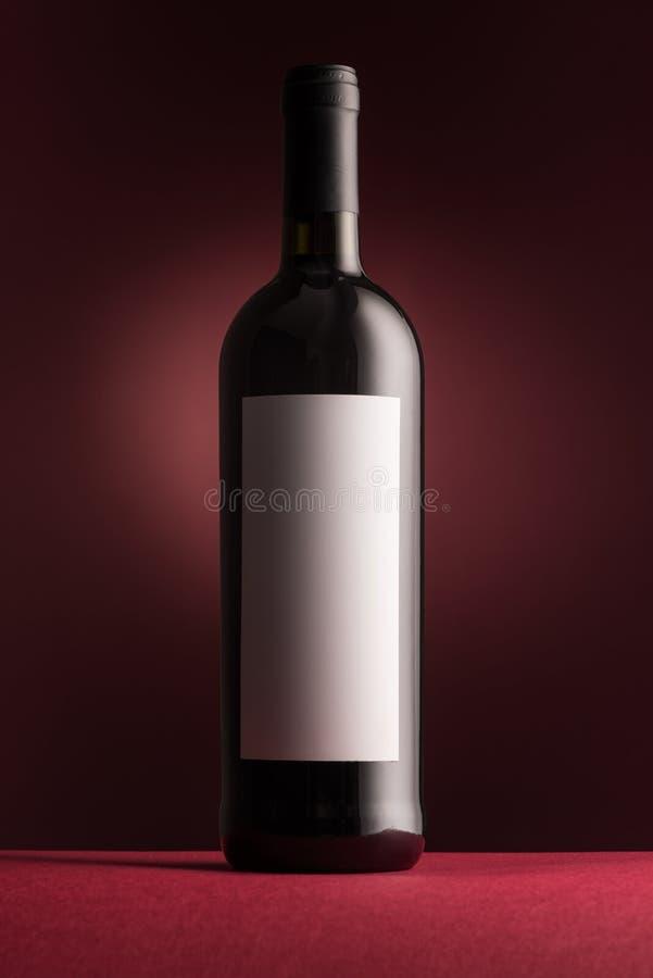 Botella de vino rojo excelente fotos de archivo