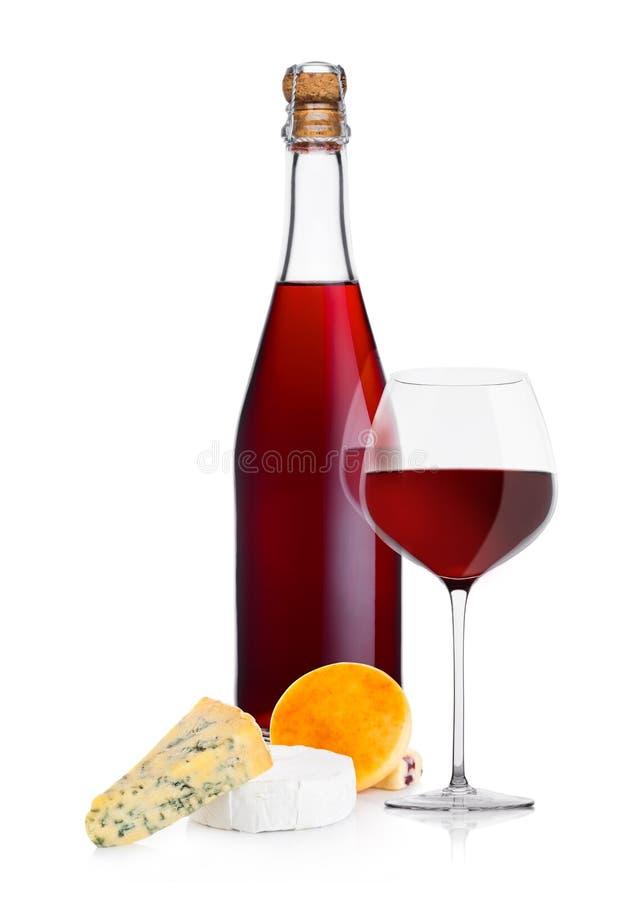 Botella de vino rojo hecho en casa con la selección del queso fotografía de archivo