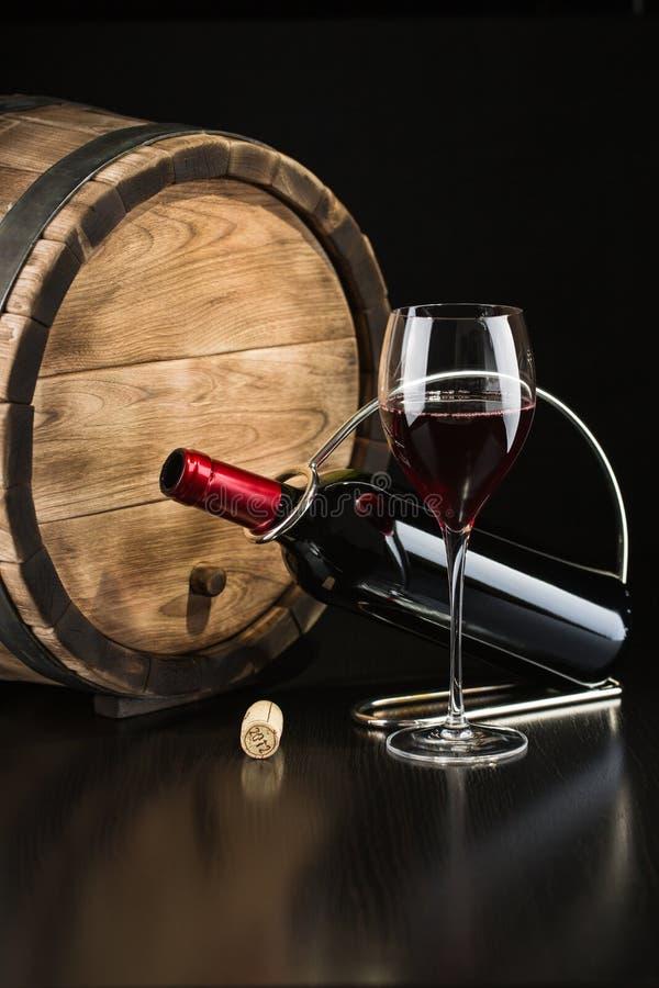 Botella de vino rojo seco con un vidrio imágenes de archivo libres de regalías