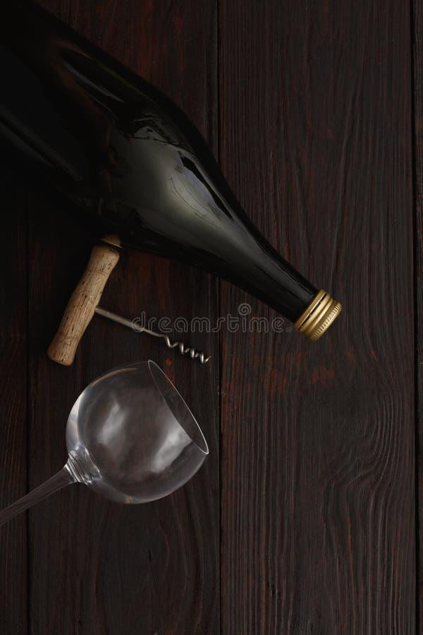 Botella de vino rojo, vidrio, sacacorchos, endecha plana fotos de archivo