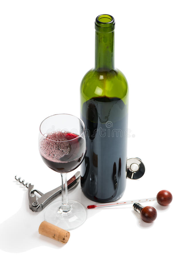 Botella de vino rojo, vidrios, sacacorchos, corchos y termómetro fotos de archivo libres de regalías