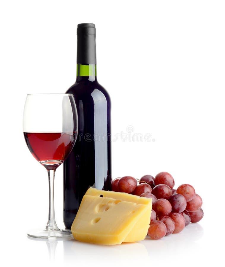 Botella de vino rojo y de queso imagenes de archivo